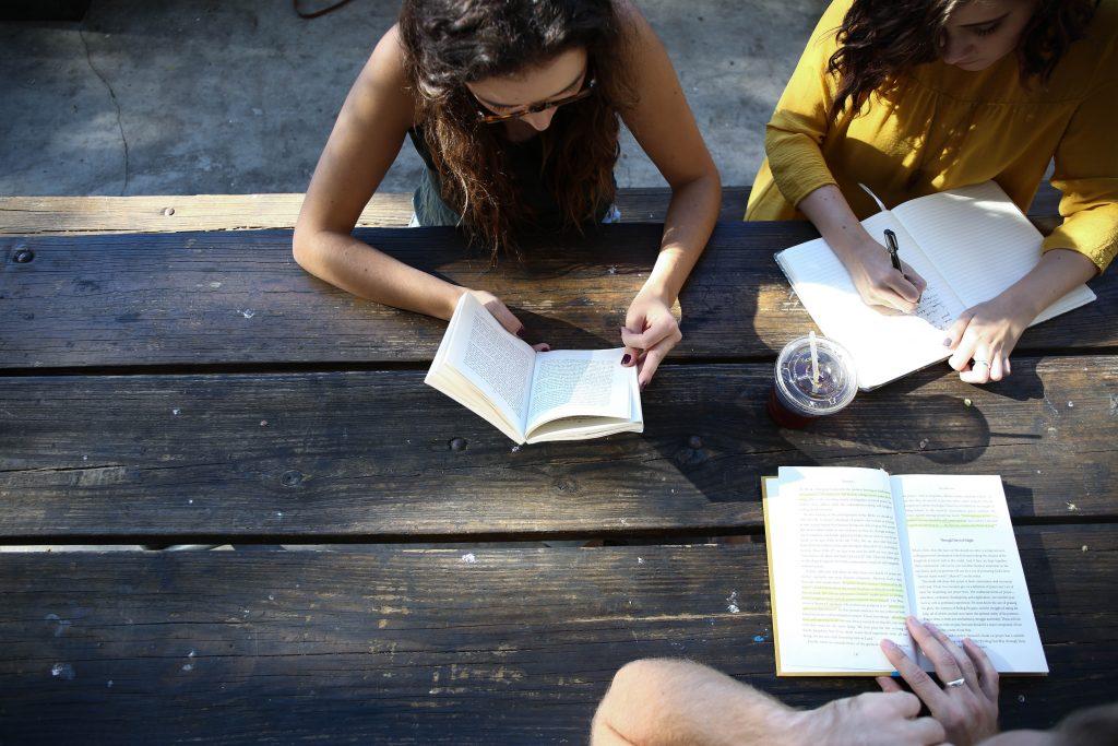 Biblioterápia-olvasni és megbeszélni